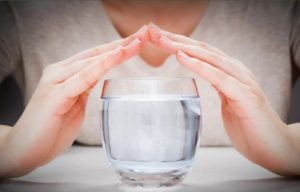 ochistka-vody-rukami