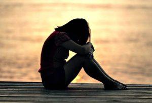 Изображение одинокой женщины